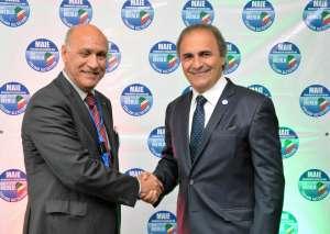 Angelo Viro, a sinistra nella foto, stringe la mano al presidente del MAIE, On. Ricardo Merlo