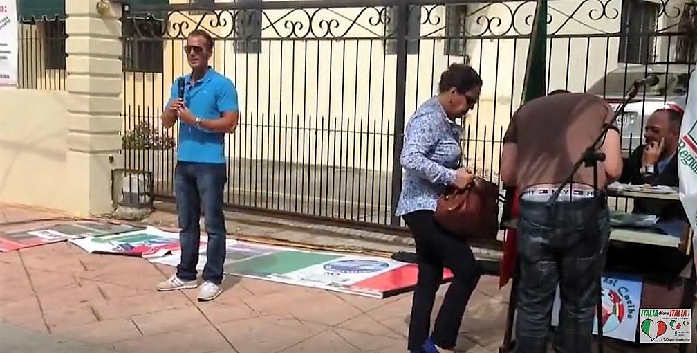Ricky Filosa durante la manifestazione davanti all'Ambasciata di Santo Domingo
