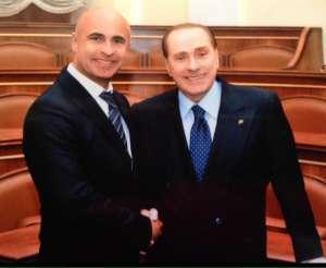 Alessandro Zehentner stringe la mano a Silvio Berlusconi