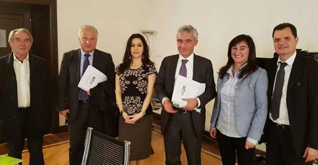 FOTO RICORDO Il presidente dell'Inps Tito Boeri insieme ai deputati Pd eletti all'estero