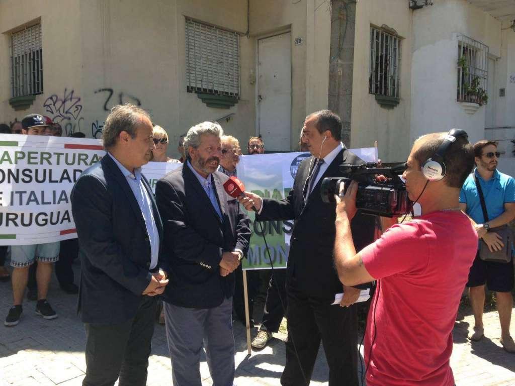 Ricardo Merlo alla manifestaione MAIE a Montevideo per la riapertura del Consolato italiano