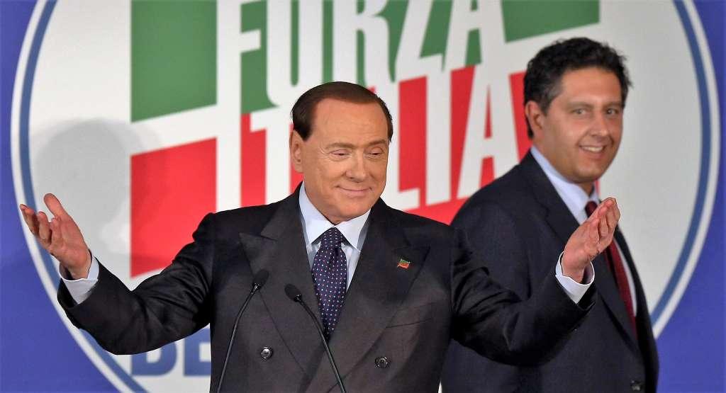 Silvio Berlusconi con Giovanni Toti durante il comizio conclusivo della campagna elettorale per le Europee, 23 maggio 2014 a Milano. ANSA / MATTEO BAZZI