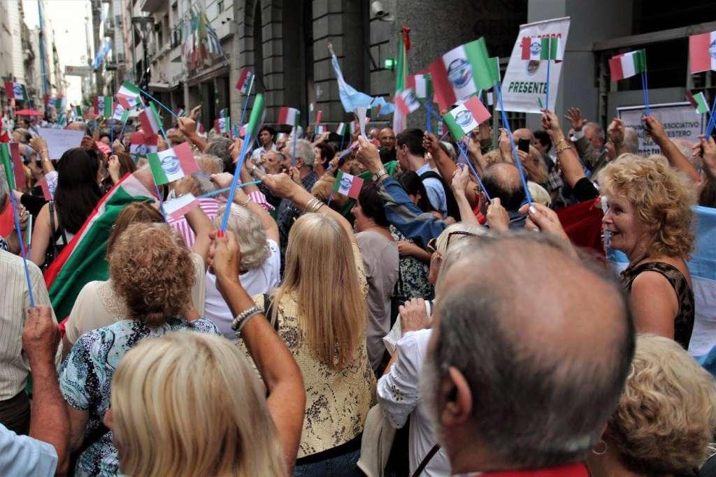 Connazionali protestano a Buenos Aires per il pietoso stato della rete consolare