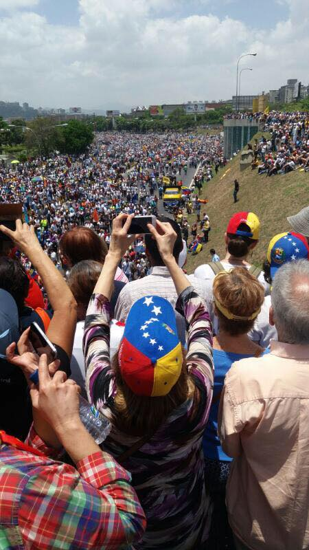 Il popolo venezuelano marcia contro la dittatura di Maduro
