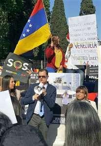 Fabio Porta durante una recente manifestazione a Roma per protestare contro il governo Maduro