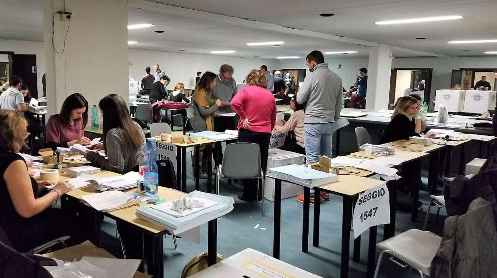 Un momento dello scrutinio del voto estero in quella bolgia infernale che diventa Castelnuovo di Porto (foto: Italiachiamaitalia.it)